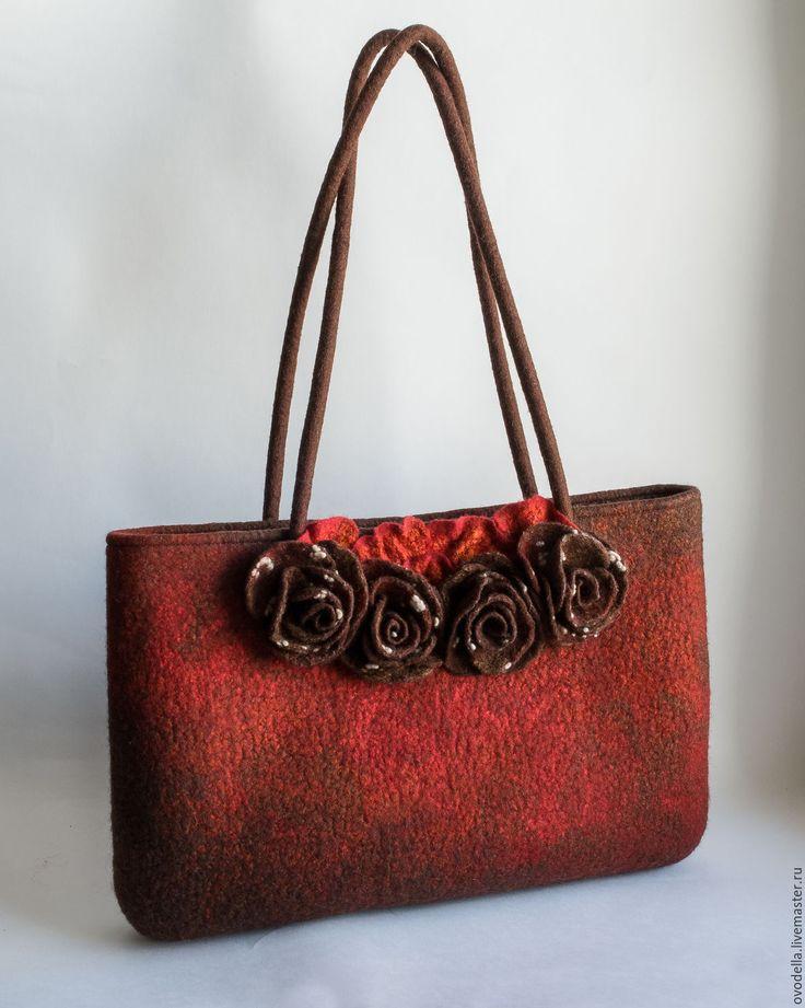 Купить или заказать Валяная сумка 'Шоколадные розы' в интернет-магазине на Ярмарке Мастеров. Изящная красно-коричневая сумка выполнена из мериносовой шерсти с добавлением декоративных волокон. Оптимальный размер сумки и ручек позволяет носить ее как в руке, так и на плече.Внутри подкладка с двумя карманами, один внутренний на молнии, другой - накладной Сама сумка застегивается на…