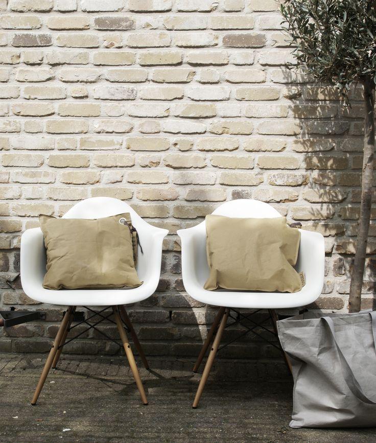 Zusss | Papieren kussens in de kleur olijf. Vind je ze leuk? Shop ze dan hier! http://zussswinkel.nl/product-categorie/kussens/papier/