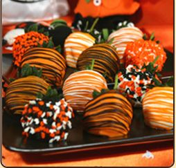 halloween berries: Halloween Strawberries, Chocolate Covered Strawberries, Chocolate Halloween Treats, Chocolate Strawberries Yum, Halloween Berries, Chocolate Dipped Strawberries, Halloween Food, Halloween Strawberry