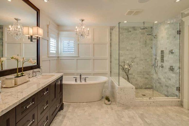 2017 Deluxe Badezimmer im klassischen Stil mit gerahmtem Spiegel, luxuriösem Kristallleuchter und Potlight