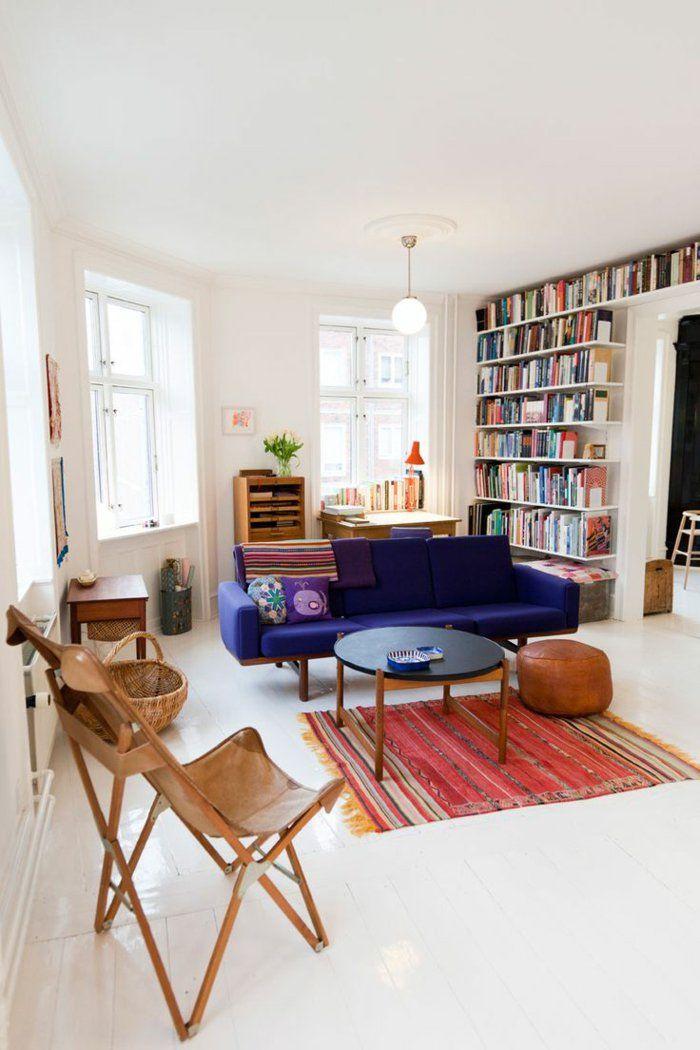 comment décorer son salon avec un tapis rouge et canapé violet