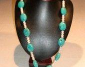 48) Collana di turchese sasso liscio e perle d'acqua dolce formato bottone. Annodata, con chiusura t-bar