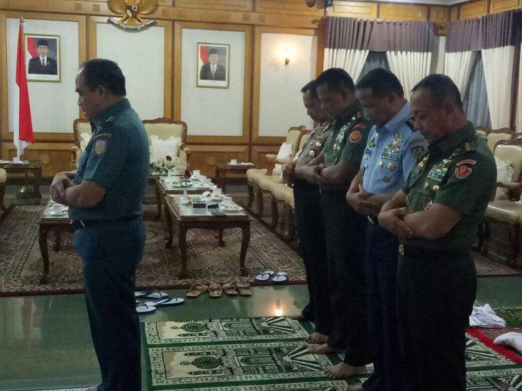 Kapolri Sholat Berjamaah Dengan Panglima dan Jenderal TNI Sebelum Pembekalan Capaja TNI/Polri