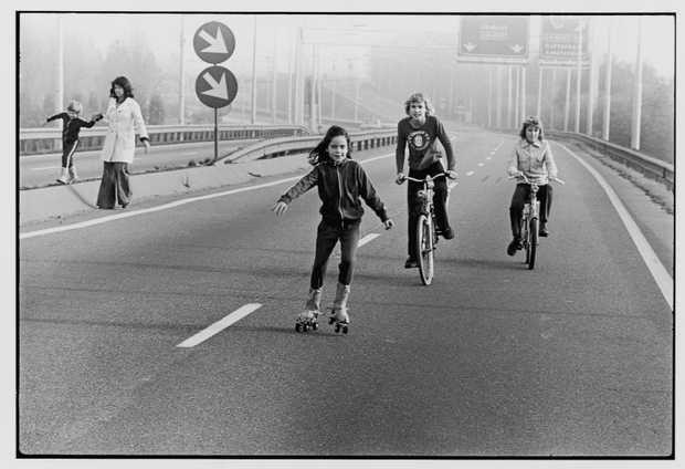 Rolschaatsen op de E8.  Autoloze zondag, jaren 70. Ik rolschaatste niet op de snelweg, maar gerolschaatst heb ik wel die dag :)