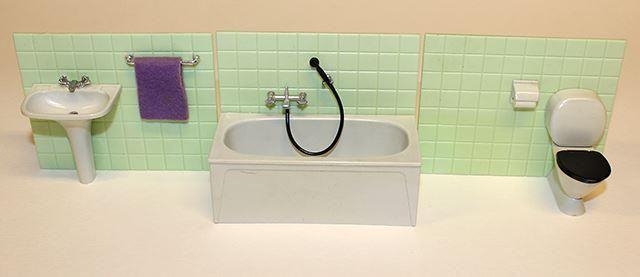 Komplett badrum till dockskåp, Brio från ca 1960-70-talet på Tradera.com