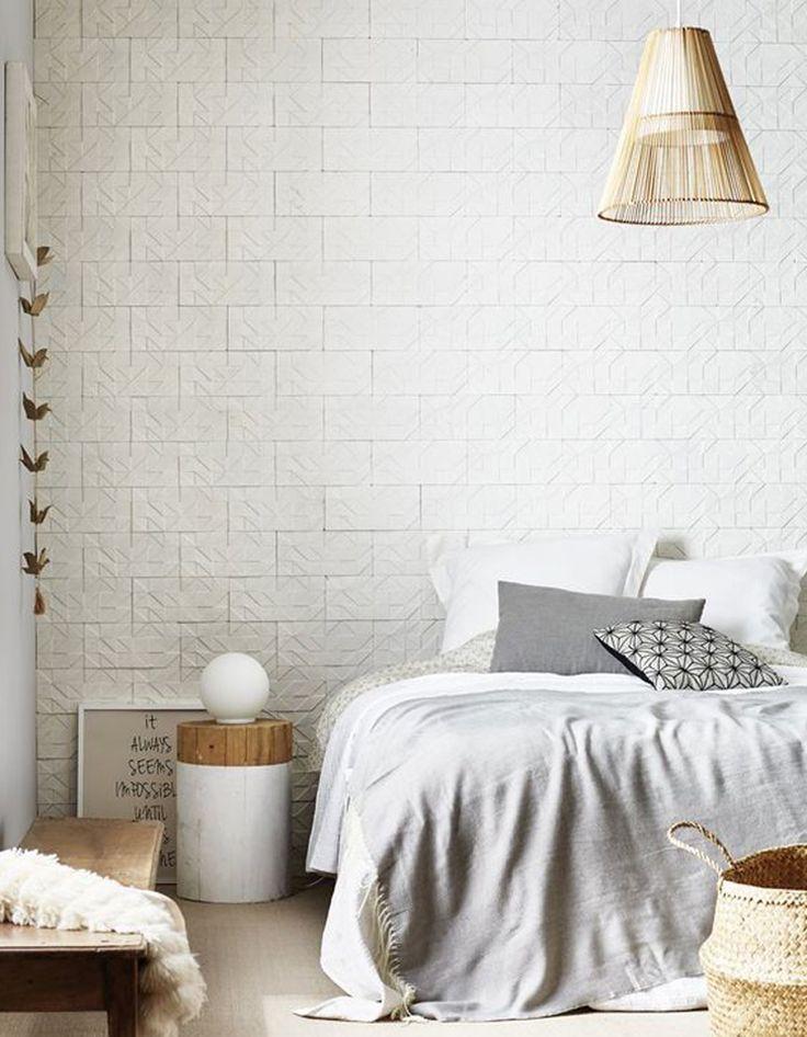 Une chambre blanche rythmée par du papier peint trompe-l'œil
