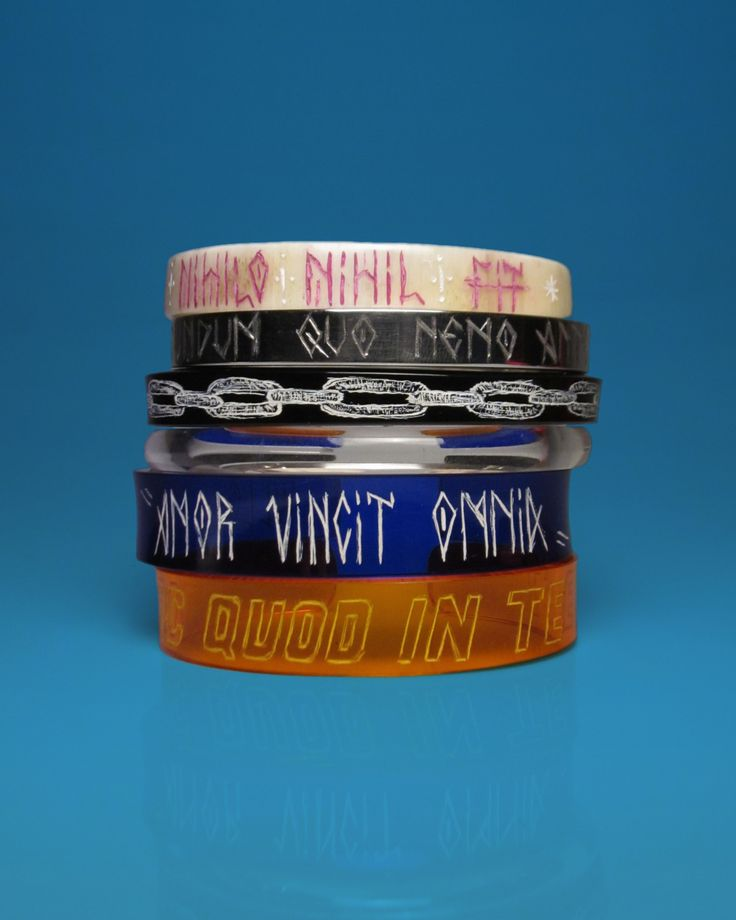 "#Pulseiras EX NIHILO NIHIL FIT > AD EUNDUM QOU NEMO ANTE IIT > Corrente > ""C"" > AMOR VINCIT OMNIA e FAC QUOD IN TE EST. Compre pelo whatzzz > 11 98782-4969. Visite tb a loja virtual www.wallacebarros.com.br - #pulseirismo #acessórios #joias #joiasmasculinas #latim #menjewelry #hautejewelry #wllc #hautebijoux #bangle #mensbangle #verão #summerjewelry #menscuff #cuff #design #pulseiramasculina #designdejoias #vinho #handmade #bijoux #gayjewelry #rose #plants #still #photostill"