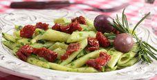Салат с макаронами, соусом песто и оливками