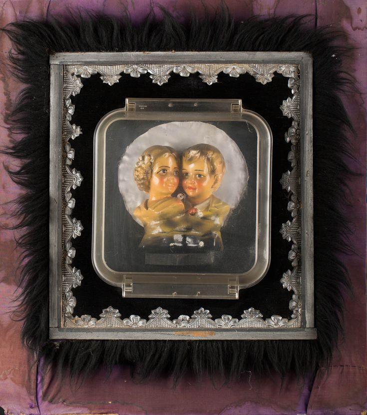 WŁADYSŁAW HASIOR (1928 - 1999)  KOCHANKOWIE, 1978   Assamblage, płyta; / 76,5 x 66 cm