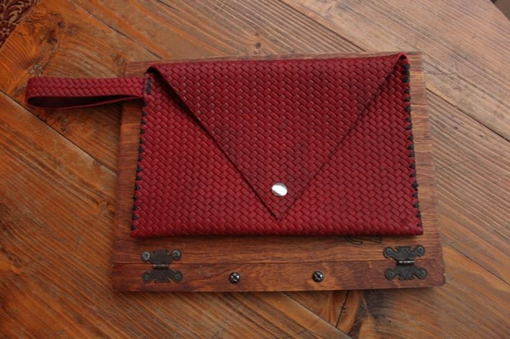 Handmade embossed leather purse by fanfanleathergoods! #handmade#leatherpurse#leather#embossedleather#leatherdesign#red