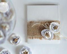 Partecipazioni di matrimonio fai da te: il biglietto ecologico con fiori di carta e juta