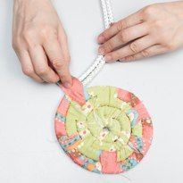 Плетеная корзина из обрезков ткани… | Поделки своими руками