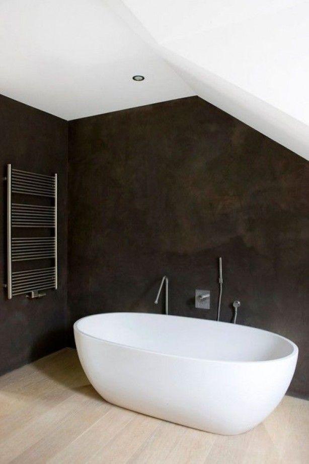 Strakke badkamer, zwarte muren Italiaans stucwerk en mooie kranen en badkuip