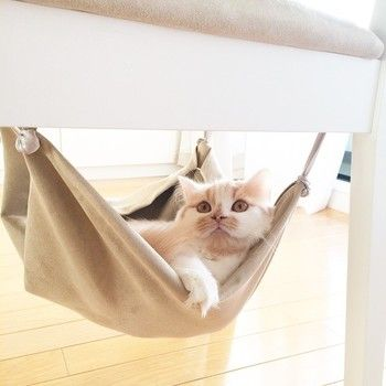 こちらは椅子の下に。これなら場所を取りませんね。おすすめの取り付け場所です。