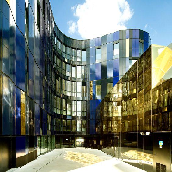 Imaginé par l'agence Bernard Desmoulin architecte, le Conservatoire de musique, danse et art dramatique Paul Dukas s'installe dans le 12 ème arrondissement de Paris. Le lien étroit du conservatoire avec la place qui l'accueille s'est t...
