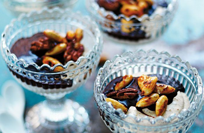 Hasselnötsmousse med kanderade nötter och chokladfudgesås