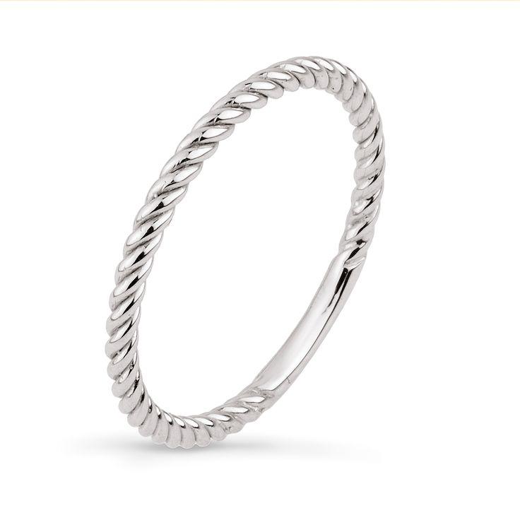 Ten, wykonany z białego złota, pierścionek z kolekcji TRENDY zwraca uwagę swoją fakturą i ciekawym wykończeniem. Złoty pierścionek to biżuteria wpisująca się w aktualne modowe trendy. Spodoba się osobom ceniącym sobie detale oraz jakość wykonania.