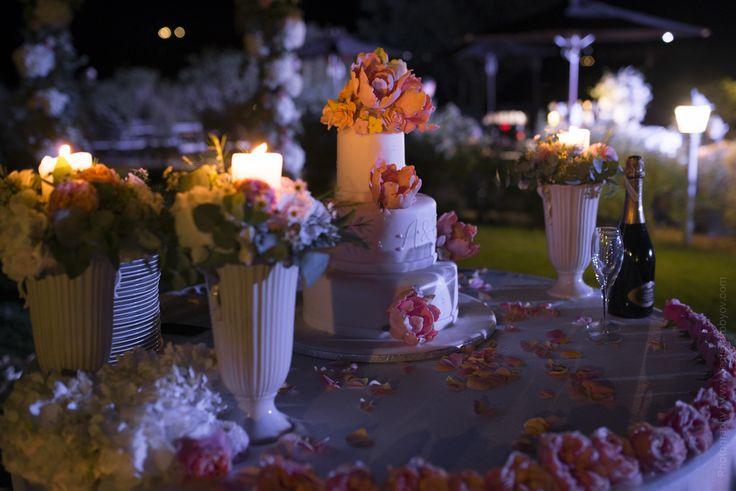 Свадебный торт с сахарными цветами (пионами) и инициалами / Wedding cake with sugar flowers (peonies) and initials