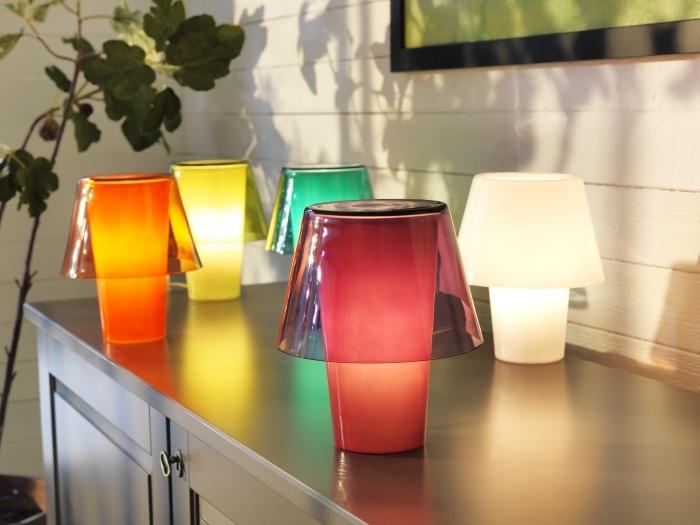 Τα διακοσμητικά φωτιστικά προσφέρουν ατμοσφαιρικό φωτισμό και ζεσταίνουν τον χώρο σας. Ανανεώστε τα δωμάτια του σπιτιού σας, απλά τοποθετώντας ένα διακοσμητικό φωτιστικό σε ένα τραπέζι, στο περβάζι ή ακόμα και σε ένα ράφι.