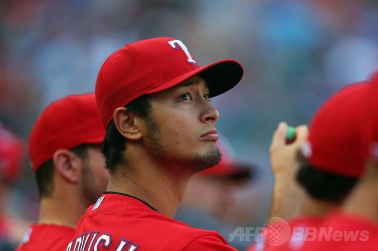 14MLB、テキサス・レンジャーズ(Texas Rangers)対ボストン・レッドソックス(Boston Red Sox)。ベンチから戦況を見つめるテキサス・レンジャーズのダルビッシュ有(Yu Darvish、2014年5月10日撮影)。(c)AFP/Getty Images/Ronald Martinez ▼15May2014AFP|ダルビッシュ、好投レッドソックス戦の被安打が2に変更 http://www.afpbb.com/articles/-/3014989 #Yu_Darvish #Texas_Rangers
