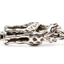 De giraffen draaien zich rond de armband terwijl ze liefdevol hun halzen naar elkaar toe buigen. Ze nemen de ruimte van twee kralen in - zij hebben zulke lange benen.