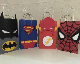 Estas bolsas de Favor de parte de Vengador son que el partido más lindo goodie bolsas de siempre. Sobre tengo 4 Vengadores (dos hombre Hulk,