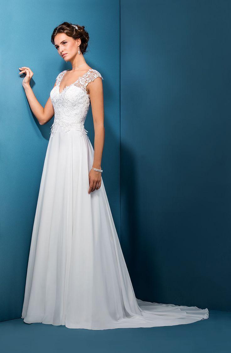 Robe de mariage : Robe style bohème avec un buste recouvert de dentelle sur une jupe fluide en mousseline. Le décolleté en V est accentué par les bretelles en dentelle pour un effet bohème chic. Fermeture éclair dos et boutons recouverts.
