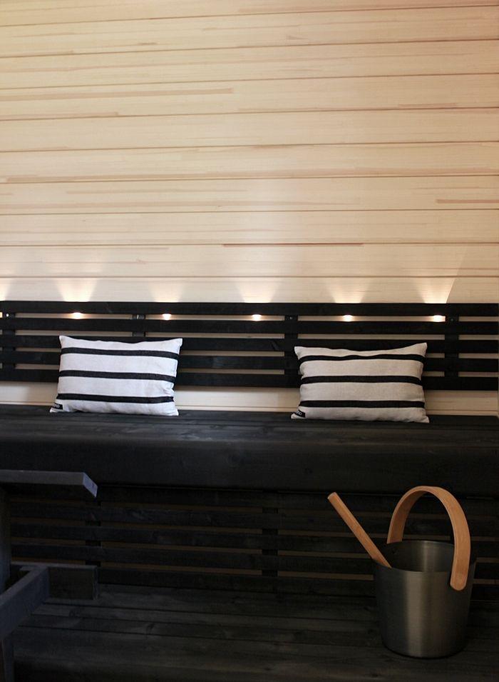 Kontrastien saunan luot kotiisi yhdistämällä Effex-saunapaneelin sävyssä Mist ja Warkopin mustat Verus-lauteet.