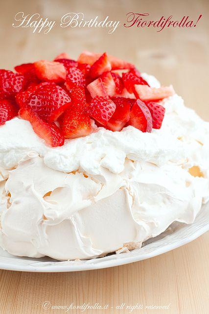 Pavlova con crema di yogurt greco e fragole by fiordifrolla, via Flickr