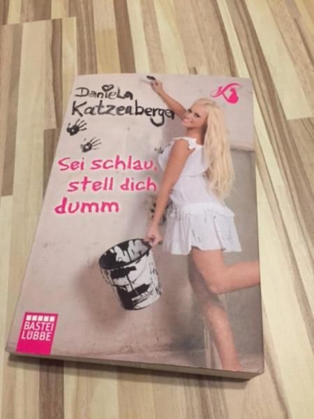 """Ich verkaufe mein Taschenbuch von Daniela Katzenberger """"Sei schlau, stell dich dumm"""".Das Taschenbuch ist lustig und witzig geschrieben.Es wurde bisher nur einmal gelesen und befindet sich in einem sehr guten Zustand.Bei dem Taschenbuch handelt es sich laut Stempel (siehe Bild) um ein preisreduziertes Mängel-Exemplar und wurde für 5,00 Euro gekauft. Mängel habe ich nicht feststellen können.Versand auf Anfrage möglich."""