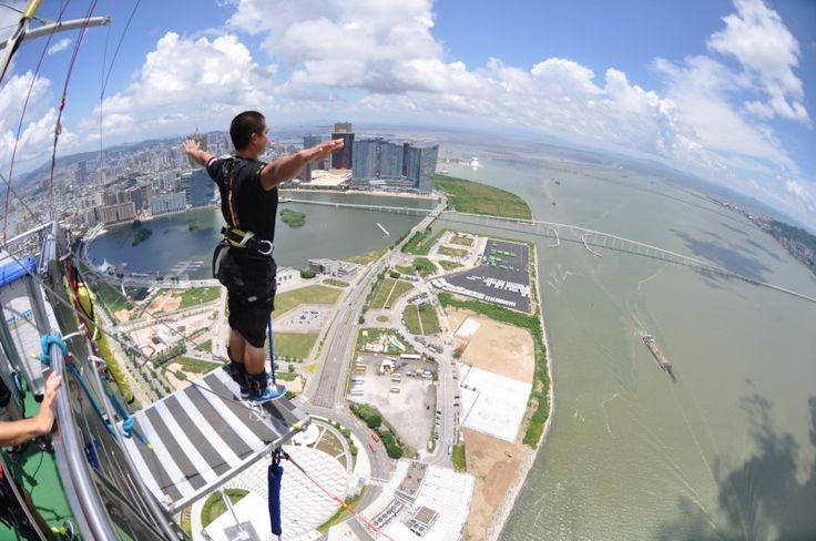 Il faut du COURAGE pour faire plus haut saut à l'élastique (bungee) dans le monde ! La plate-forme de saut est située à 764 pieds ou 233 mètres du sol, au DERNIER étage de la Tour de Macao juste à l'extérieur de Hong Kong.
