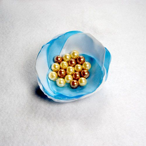 ros Hijab Cantik BluWaitt-Broshijab cantik ini di bikin dari bahan saten biru dan putih.. makannya di sebut BluWaitt,dan di kasih aplikasi mutiara imitasi warna gold muda N tua…jadi bagi siapa aja yg suka sama warna yg tabrakan..ini nih brosnya ..