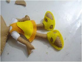 Para a confecção dessa boneca você precisa de: - Feltro caramelo havaí, amarelo cítrico, branco, amarelo ouro e preto; - Linha marrom...