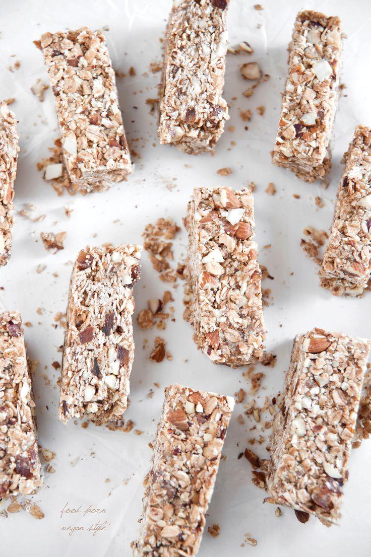 Vegan granola bars with spelt flakes, almonds, hazelnuts and apricots. / Wegańskie batony energetyczne, orkiszowo-migdałowe.