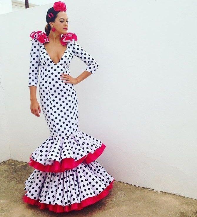 @arte.flamenco @fashionpily. Traje de flamenca blanco con lunar negro y detalle rosa fucsia