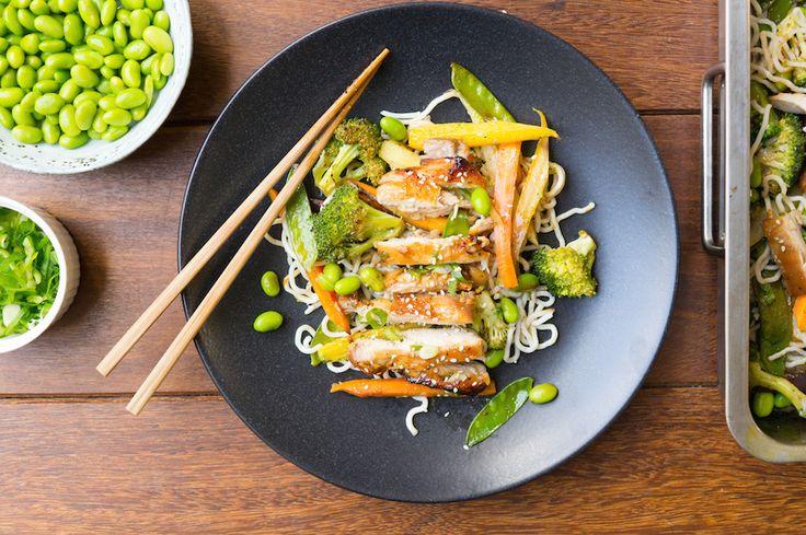 Deze snelle kip teriyaki is binnen een mum van tijd klaar. Met dank aan je bakplaat. Daarop bak je kippendijen en groente binnen een half uur gaar.