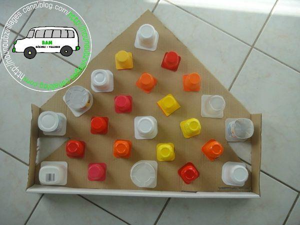 calendrier avec pots de yaourt et carton à trous
