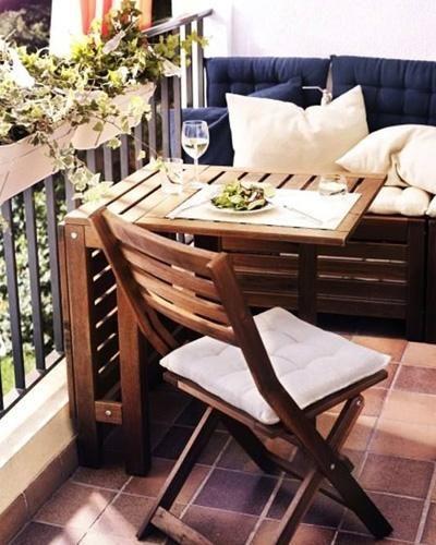 Gemütliche Sitzecke für einen kleinen Balkon