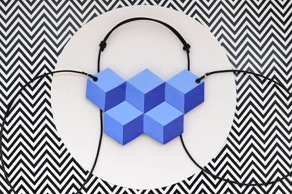 Guarda questo articolo nel mio negozio Etsy https://www.etsy.com/it/listing/526981441/collana-geometrica-blu-cubi-illusione