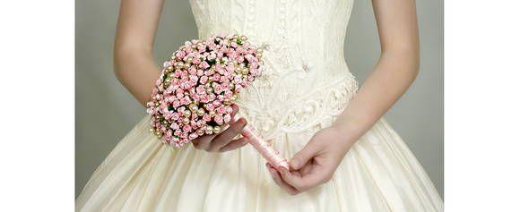 Buque em pérolas de vidro com mini flores. Cor e tamanho da pérola pode mudar de acordo com desejo da noiva.