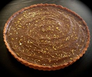 Avocado chocolate mousse tart recipe. Creamy and rich chocolate mousse that is scrumptious, made of fruit and is free from sugar, cream and butter…you have to be kidding right? its true I promise!