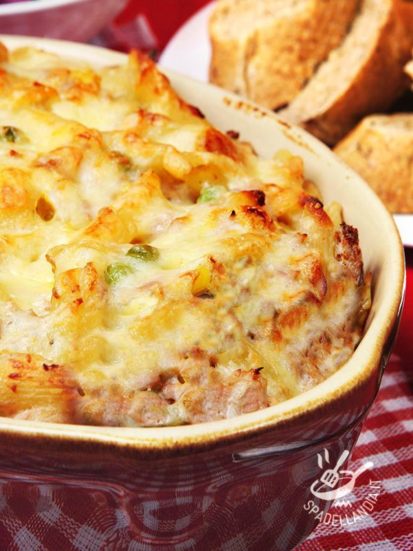 Essendo un piatto molto ricco, potete servire la vostra gustosissima Pasta gratinata salsiccia e piselli come pietanza unica: chiederanno il bis!