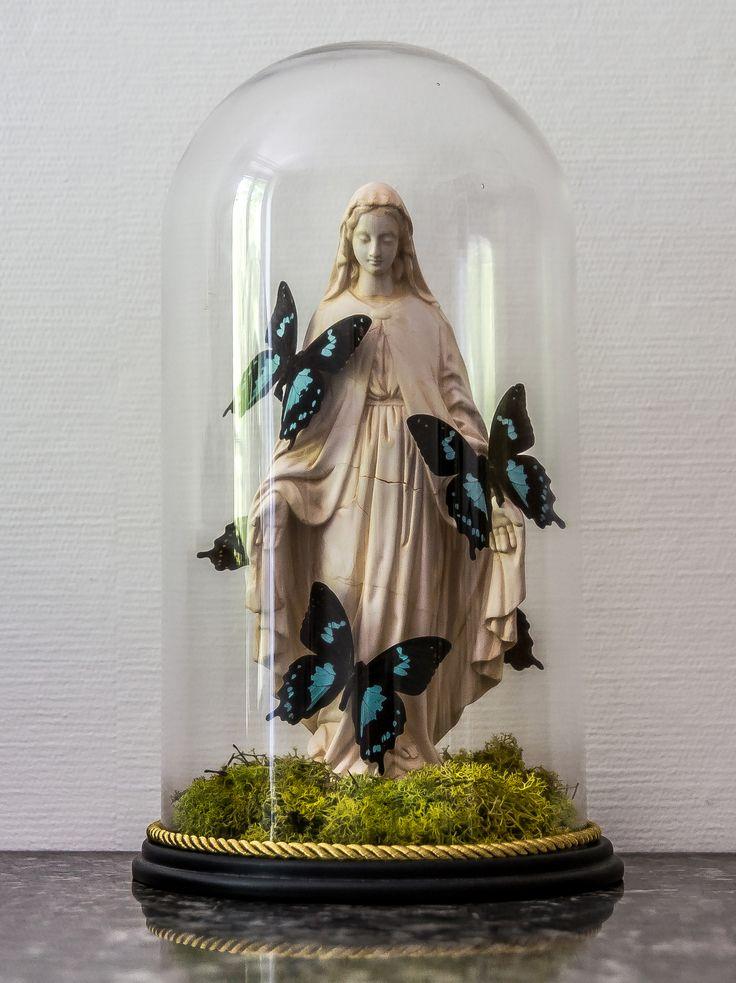 Pièce unique.Matériaux: Vierge en plâtre, globe en verre,mousse stabilisée, papillons véritables (Epiphorbus).Taille: 23cm de diamètre x 39cm de haut.Livraison uniquement sur Lyon et Paris.Détail en message privé.Plus de photos sur Instagram