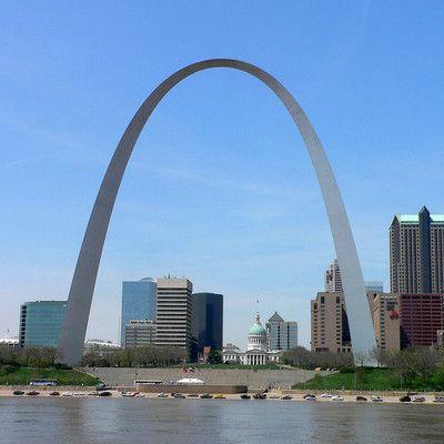 Gdzie zrobiono to zdjęcie? w St. Louis! Gateway Arch to wysoki na 192 metry pomnik w St. Louis, który upamiętnia ekspansję Stanów Zjednoczonych na zachód kontynentu. Ten najwyższy na świecie łuk jest symbolem St. Louis i najwyższym pomnikiem w Stanach Zjednoczonych.