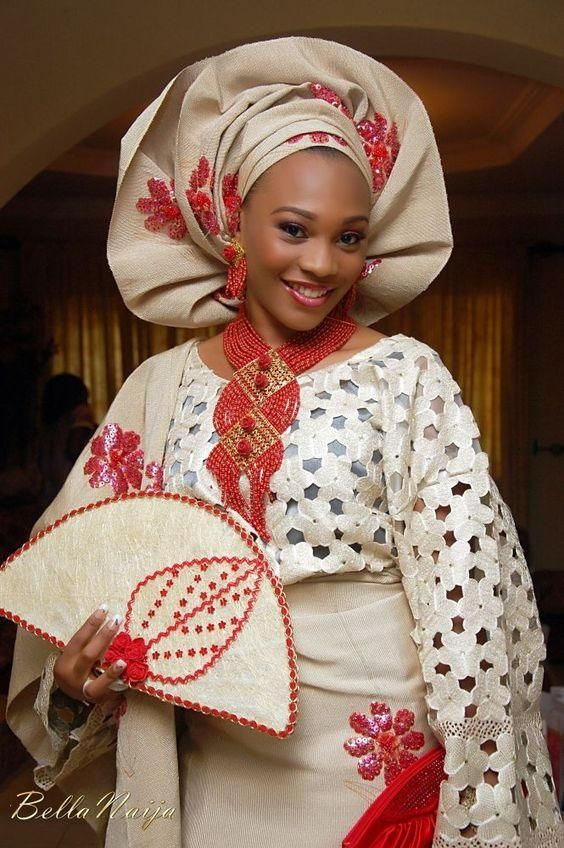 Les tenues de mariage nigérian sont très colorées, les femmes choisissent  souvent la combinaison de plusieurs couleurs vives et le rendu est  simplement