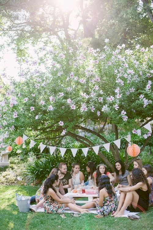 Coed picnic bridal shower party. Photography: Claudia Casal.