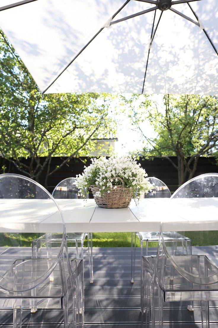 Homevialaura | modern white sunshade | terrace | gargen | outdoors decor | Brafab | Kartell Ghost chairs