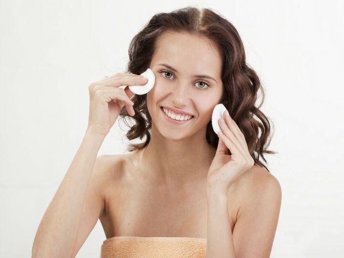 Un cutis graso genera brillo facial. Para combatir el brillo de un cutis graso puedes hacerlo a través de la exfoliación y mascarillas. Una buena alimentación puede ayudarte a controlar el brillo de tu rostro.
