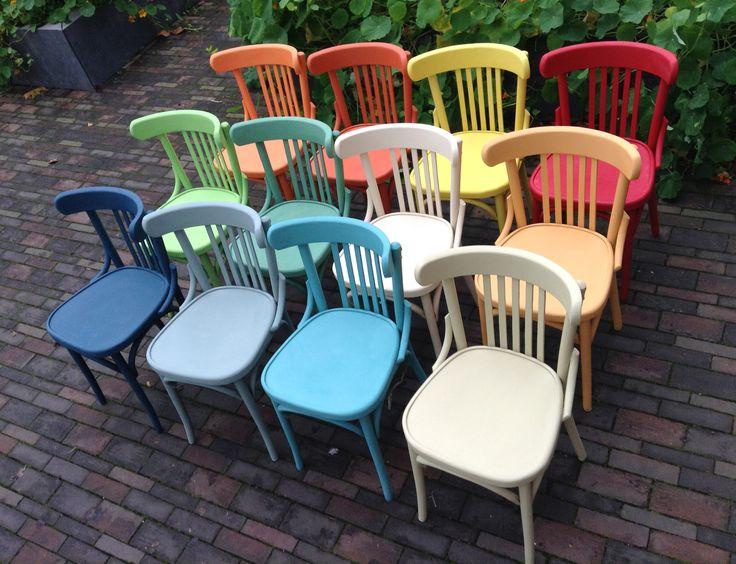 12 cafe-stoelen, 12 kleuren, alles Chalk Paint van Annie Sloan. In opdracht van Fooddock Deventer