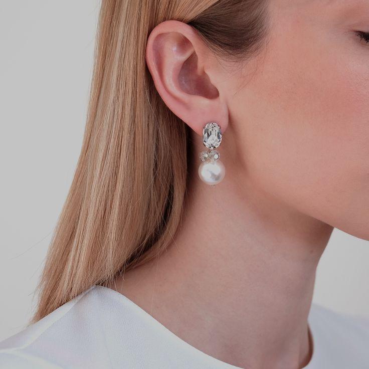 Klassieke oorbellen met grote Swarovski op het oor en hanger in parel. Draag deze oorbellen dagelijks of met een jurkje voor een gelegenheid.